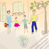 Promenade de famille sur la rue Photographie stock