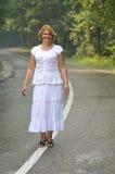 Promenade de femme de Moyen Âge Images libres de droits