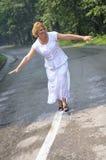 Promenade de femme de Moyen Âge Photos stock