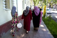 Promenade de femmes dans les rues de Ferghana Image stock