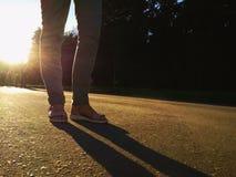 Promenade de fille dans la ville au coucher du soleil image libre de droits
