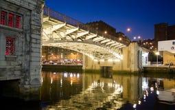 Promenade de fleuve de Bilbao la nuit Photographie stock