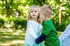 Promenade de frère et de soeur en stationnement Enfants préscolaires voix pour 2 ou 3 Photo libre de droits