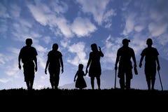 Promenade de groupe de famille pour le voyage sous le ciel bleu Photo stock