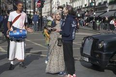 Promenade de Krishna Devotees de lièvres dans la rue à Londres, R-U Photographie stock