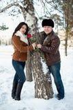 promenade de l'hiver de l'homme et de fille Images libres de droits