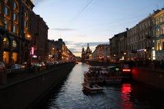 'promenade' de la tarde en St Petersburg Fotografía de archivo libre de regalías