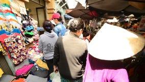 Promenade de marché de rue passante en Pham Ngu Lao - Ho Chi Minh City (Saigon) banque de vidéos