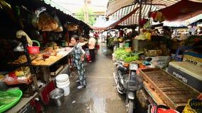 Promenade de marché de rue passante en Pham Ngu Lao - Ho Chi Minh City (Saigon) clips vidéos