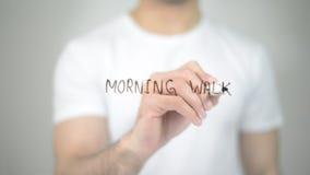 Promenade de matin, écriture d'homme sur l'écran transparent Photos libres de droits
