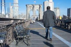 Promenade de matin au-dessus de pont de Brooklyn Photographie stock libre de droits