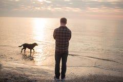 Promenade de matin de l'homme un chien Image libre de droits