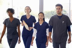 Promenade de membres du personnel soignant par l'hôpital avec les notes patientes photos libres de droits