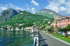 'promenade' de Menaggio, lago Como, Lombardía, Italia fotografía de archivo libre de regalías