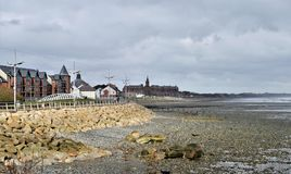 Promenade de mer d'Irlande et de Newcastle de marée basse Images stock
