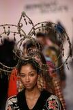 Promenade de modèles la finale de piste à l'exposition de Jeremy Scott Photo libre de droits