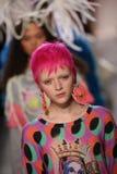 Promenade de modèles la finale de piste à l'exposition de Jeremy Scott Images libres de droits