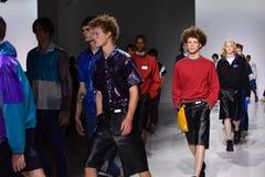 Promenade de modèles la finale de piste à l'exposition de Patrik Ervell Photo libre de droits