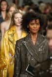 Promenade de modèles la finale de piste au défilé de mode 2017 de Calvin Klein Collection Autumn Winter Photographie stock libre de droits