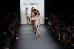 Promenade de modèles la finale de piste au fils Jung Wan Runway Images stock