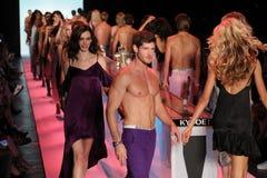 Promenade de modèles la finale de piste au KYBOE ! défilé de mode Images libres de droits