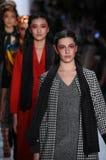 Promenade de modèles la finale de piste pour la collection de Dan Liu Image stock