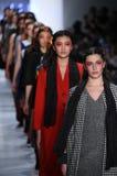 Promenade de modèles la finale de piste pour la collection de Dan Liu Photos libres de droits