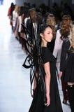Promenade de modèles la finale de piste pour la collection de Dan Liu Images stock