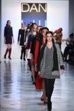 Promenade de modèles la finale de piste pour la collection de Dan Liu Photographie stock
