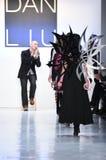 Promenade de modèles la finale de piste pour la collection de Dan Liu Images libres de droits