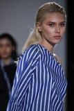 Promenade de modèles la finale de piste au défilé de mode de Naersi Photographie stock