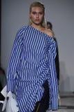 Promenade de modèles la finale de piste au défilé de mode de Naersi Photos libres de droits