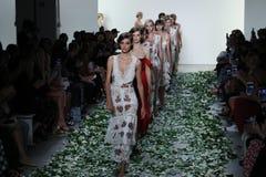 Promenade de modèles la finale de piste pour le défilé de mode de Brock Collection Photo libre de droits