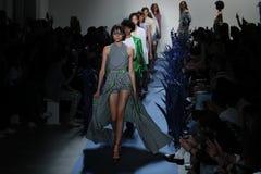 Promenade de modèles la finale de piste pour le défilé de mode d'Adam Selman Photographie stock libre de droits
