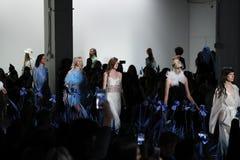 Promenade de modèles la finale de piste pour le défilé de mode d'Adam Selman Images libres de droits