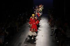 Promenade de modèles la finale de piste pour le défilé de mode de Desigual Photographie stock libre de droits