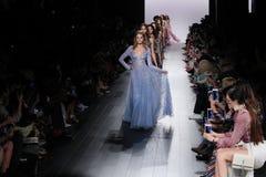 Promenade de modèles la finale de piste pour le défilé de mode de Tadashi Shoji Image libre de droits