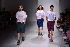 Promenade de modèles la piste à l'exposition de Patrik Ervell Photo stock