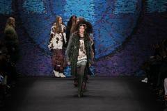 Promenade de modèles la piste au défilé de mode d'Anna Sui pendant l'automne 2015 de MBFW Photographie stock libre de droits