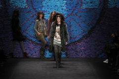 Promenade de modèles la piste au défilé de mode d'Anna Sui pendant l'automne 2015 de MBFW Photos stock