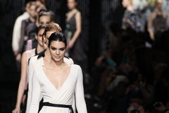 Promenade de modèles la piste au défilé de mode de Diane Von Furstenberg pendant l'automne 2015 de MBFW Photo stock
