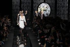Promenade de modèles la piste au défilé de mode de Diane Von Furstenberg pendant l'automne 2015 de MBFW Photographie stock libre de droits