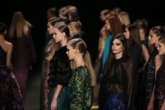 Promenade de modèles la piste au défilé de mode de Monique Lhuillier pendant l'automne 2015 de MBFW Image stock