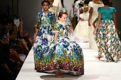 Promenade de modèles la piste au défilé de mode de Nancy Vuu Photographie stock libre de droits