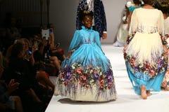 Promenade de modèles la piste au défilé de mode de Nancy Vuu Photos stock