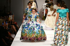 Promenade de modèles la piste au défilé de mode de Nancy Vuu Photo libre de droits