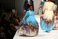 Promenade de modèles la piste au défilé de mode de Nancy Vuu Image stock