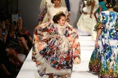 Promenade de modèles la piste au défilé de mode de Nancy Vuu Images stock
