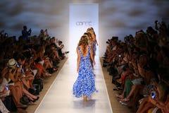 Promenade de modèles la piste aux vêtements de bain de Caffe pendant le bain 2015 de MBFW Image stock
