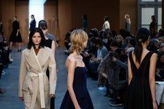 Promenade de modèles la piste chez Derek Lam Fashion Show pendant l'automne 2015 de MBFW Images stock